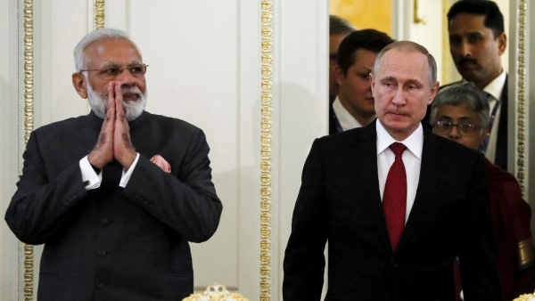 Prime Minister Narendra Modi (left) and Russian President Vladimir Putin arrive to attend a meeting with businessmen at the St Petersburg International Economic Forum. (Photo: PTI)