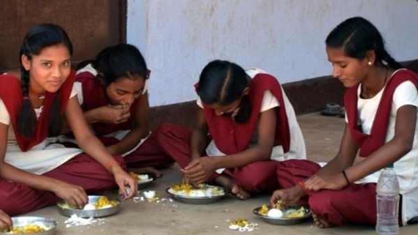 """More girls (35%) were malnourished than boys (33%) in 2015-16 : IndiaSpend (Photo Courtesy:<a href=""""https://twitter.com/sexymeena86/status/865067154928017409""""> Twitter</a>)"""