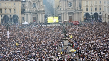 Juventus' fans gather in San Carlo's square to watch on a giant screen the Champions League final soccer match between Juventus and Real Madrid, in Turin. (Photo: AP)