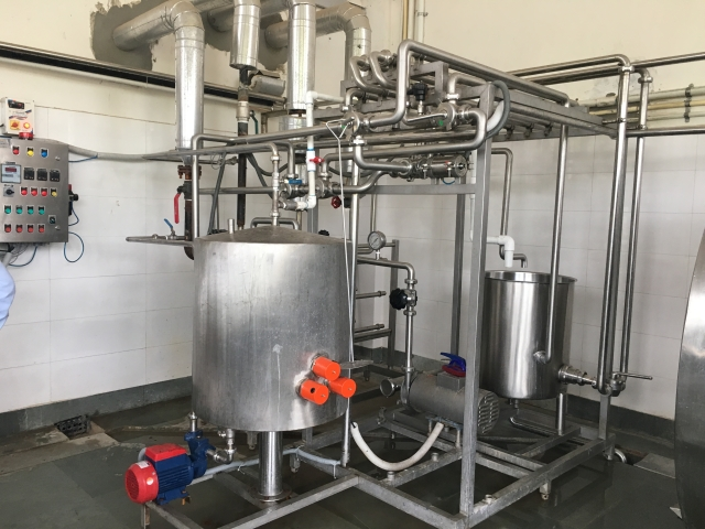 The milk produced should be pasteurized and cooled immediately, thus preventing harmful bacterial growth. (Photo: Shiv Kumar Maurya/<b>The Quint</b>)