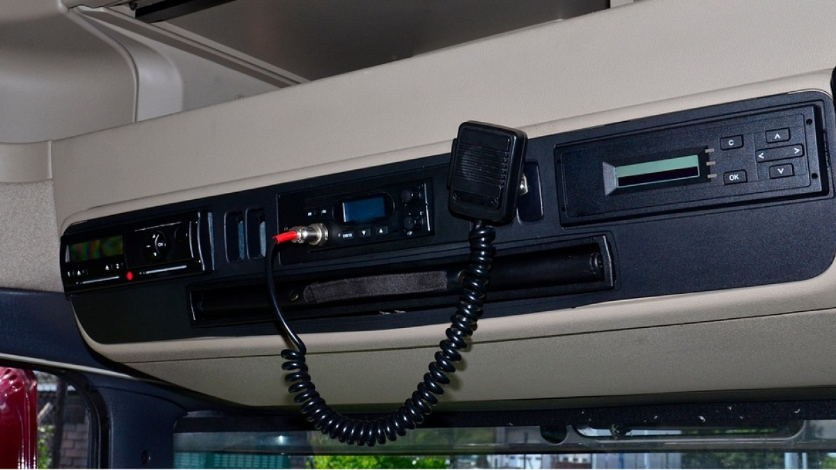 Car-To-Car Communication: CB Radios vs VHF Handsets - The Quint