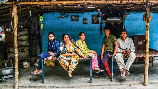 A family of Pakistani Hindus living in Delhi's Majnu Ka Tila. (Photo: <b>The Quint</b>/Athar Rather)