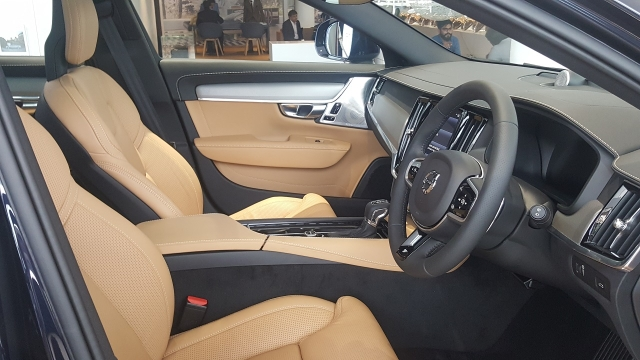 Volvo V90 Cross Country features ventilated front seats with massage function.
