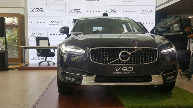 The Thor-hammer LED headlamps stand out on the V90 Cross Country.