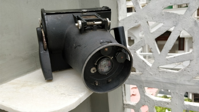 This camera was used during the World War by the officers flying for the US Air Force.