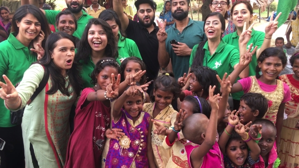 As part of the mission, around 50 volunteers of the Robin Hood Army travelled to different areas of Delhi on 15 August, seeking nothing but smiles.