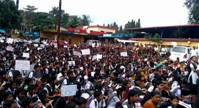 Protesters alleged that the long-standing rivalry between Kalladka Prabhakar Bhat and Minister Ramanath Rai had led to the withdrawal of funds.