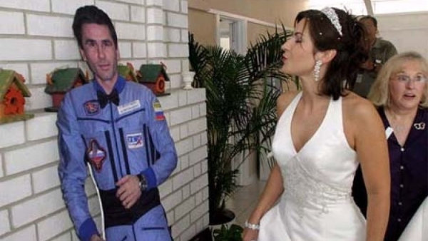 An unusual wedding with a cut-out of Yuri Malenchenko.