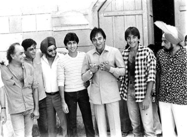 Mahesh Bhatt with Rajendra Kumar, Kumar Gaurav, Sunil and Sanjay Dutt during the making of <i>Naam.</i>