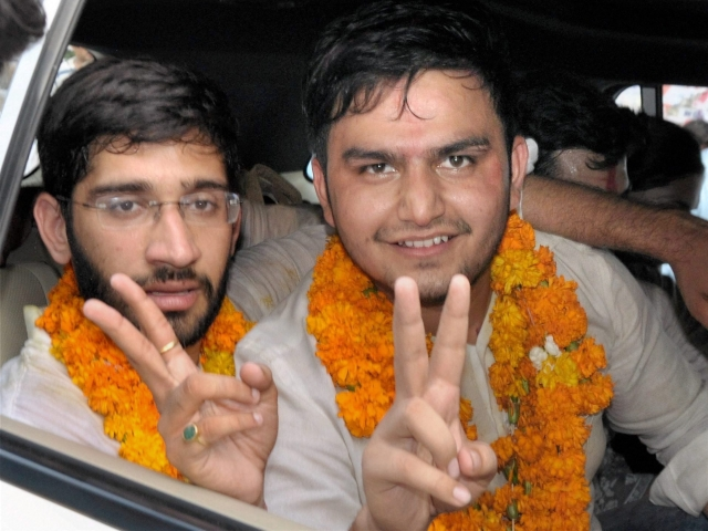 NSUI's Rocky Tusseed and Kunal Sehrawat (L) flash victory signs after winning the President and vice-president's posts in DUSU 2017 elections.