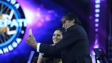 Anamika Majumdar takes a selfie with Amitabh Bachchan after her big win.