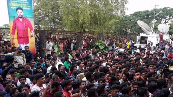 Crowd outside Aluva sub-jail.