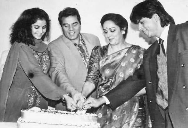 Hema Malini and Dharmendra cut a cake with Shah Rukh Khan and the late Divya Bharti during the <i>Dil Aashna Hai </i>days.