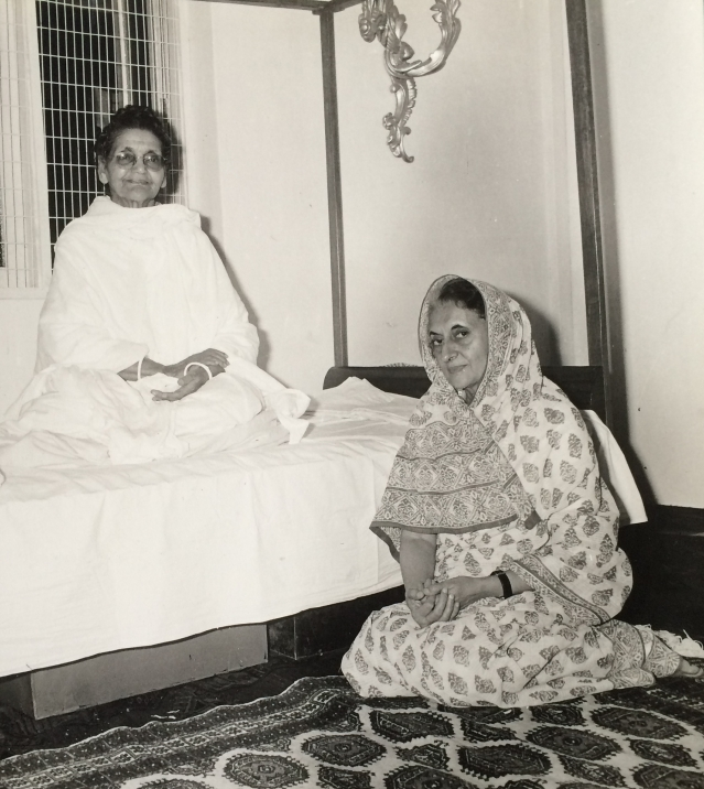 1982: Indira Gandhi with her spiritual guru Anandamayi Ma in Haridwar. She openly acknowledged that she was deeply influenced by her guru and found solace in her teachings.