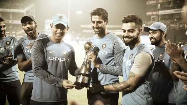 MS Dhoni and Virat Kohli gifted Ashish Nehra a memento before the start of the T20.