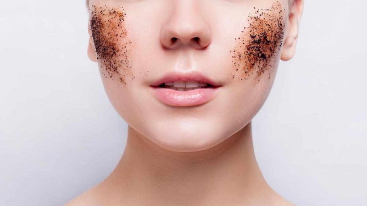 प्रदूषण के बढ़ते स्तर का आपकी त्वचा की गुणवत्ता पर सीधा असर पड़ता है।
