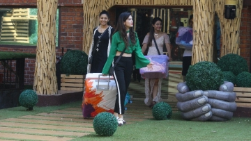 Bandagi sacrifices her clothes for Puneesh in Bigg Boss 11.