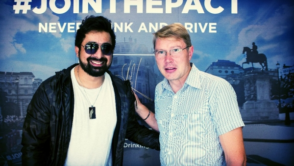Rannvijay Singh (L) poses for a picture with Mika Hakkinen.