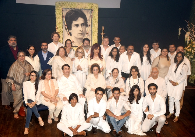 The clan takes a last picture with the late Shashi Kapoor.