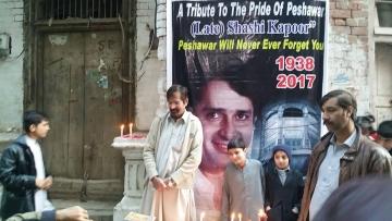 Residents of Peshawar pay tribute to Shashi Kapoor.