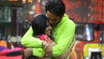 It's an emotional reunion for Vikas and his mom.