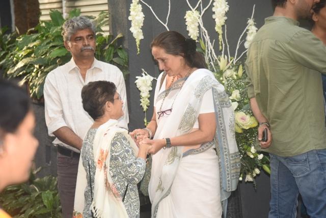 A fan condoles with Sanjana Kapoor.