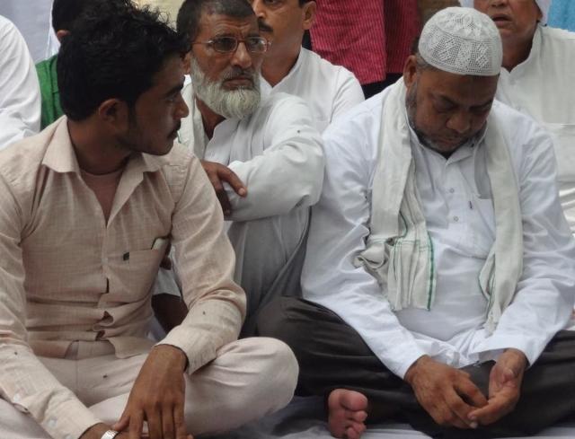 Pehlu Khan's son, Irshad (left) and Junaid's father, Jalaluddin share their grief at Jantar Mantar. (Photo Courtesy: Facebook/Abha Dev Habib)