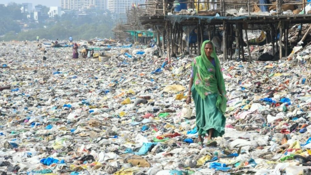 Reports claimed that 80 tonnes of waste were dumped on Mumbai's beaches by Cyclone Ockhi's winds.