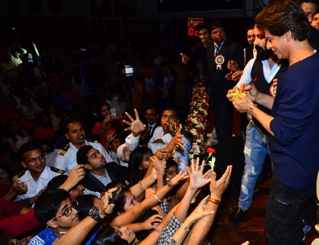 King Khan SRK knows how to please his fans.
