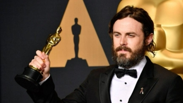 Casey Affleck withdraws from presenting the Best Actress Awards in Oscars 2018.