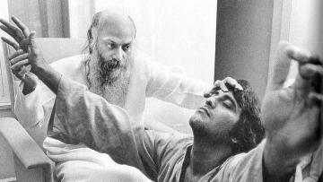 Osho Rajneesh with Vinod Khanna.