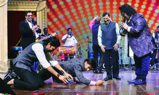 Take a bow, Bappi Da! Ranveer & Riteish prostrate.