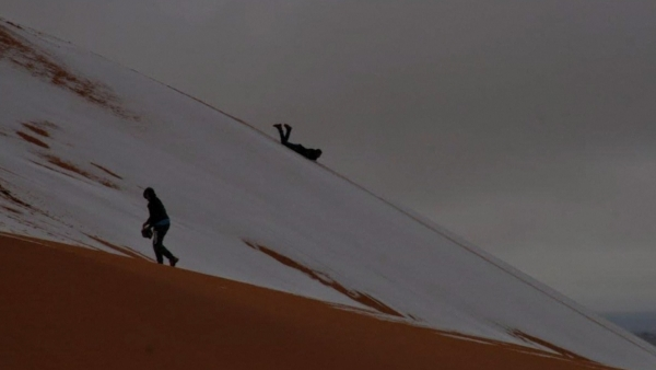 Locals made the most of this opportunity, of playing in snow in middle of a desert.