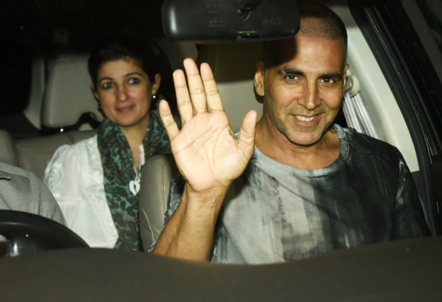 Akshay waves to photographers as he comes in for the <i>PadMan </i>screening.