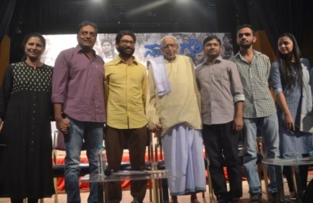 Bengaluru: Freedom Fighter HS Doreswamy with film-maker Kavitha Lankesh, Gujarat MLA Jignesh Mevani and student leaders Kanhaiya Kumar, Umar Khalid and Shehla Rashid Shora during a programme organised on Gauri Lankesh