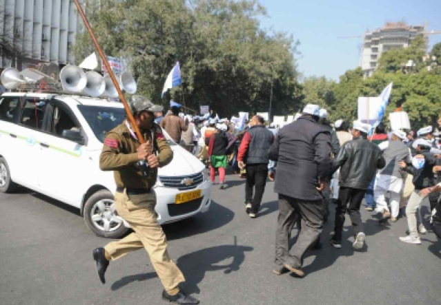 Police personnel cane charge Aam Aadmi Party workers protesting against the sealing drive and BJP government in New Delhi on 29 January 2018.