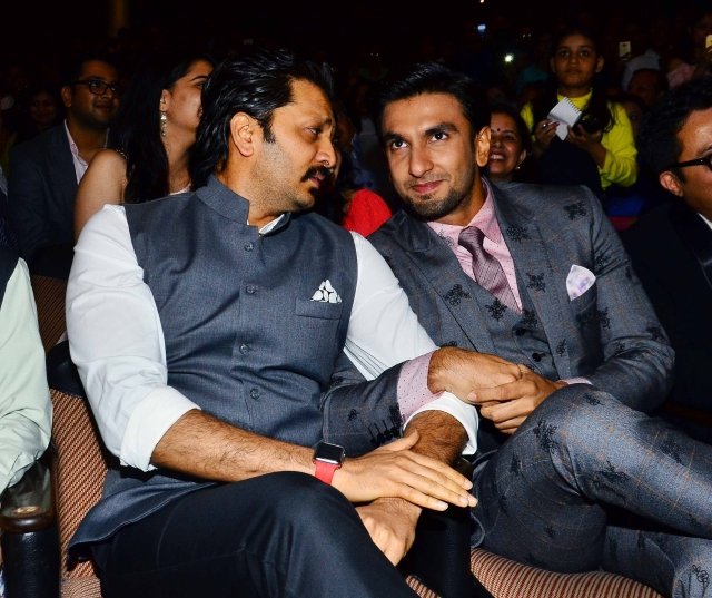 Ranveer and Riteish seem to be sharing some topnotch gossip.