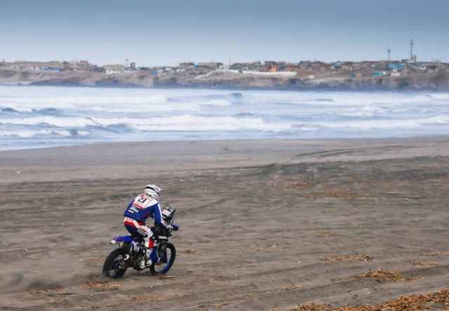 A biker at the beach during the fourth stage of Dakar.