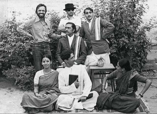 Benegal with Amrish Puri, Anant Nag, Mohan Agashe, Shabana Azmi, Naseeruddin Shah and Smita Patil on the sets of <i>Nishant </i>from 1975.