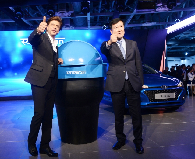Shah Rukh, the Hyundai Corporate Brand Ambassador along with YK Koo, Managing Director and CEO of Hyundai.