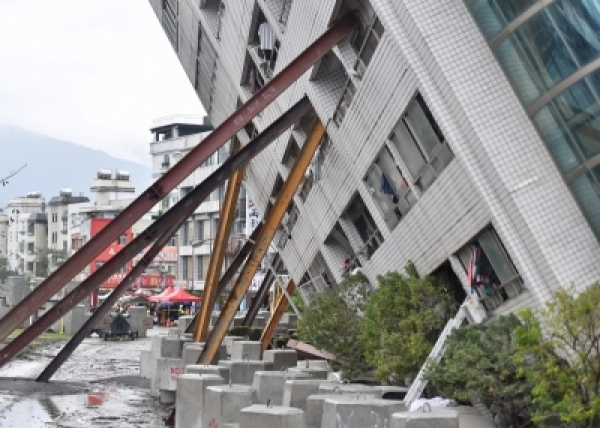 TAIPEI, Feb. 8, 2018 (Xinhua) -- Photo taken on Feb. 8, 2018 shows the damaged Yun Men Tusi Ti building in Hualien, southeast China