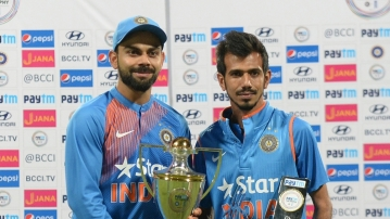 Virat Kohli and Yuzvendra Chahal with the team's series trophy and man-of-the-match award.
