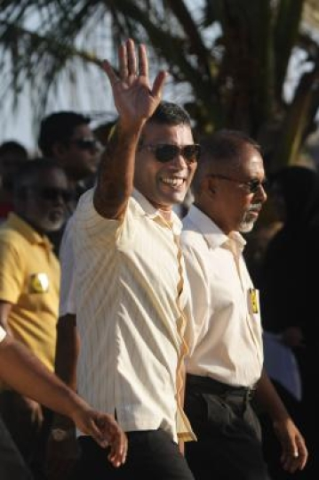 MALE, Nov. 8, 2013 (Xinhua) -- Mohamed Nasheed (C), candidate of Maldivian Democratic Party (MDP), takes part in a rally in Male, capital of Maldives, Nov. 8, 2013. Maldives