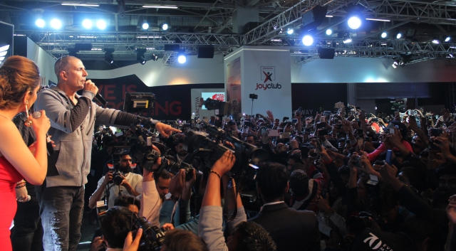 Akshay Kumar interacts with the crowd at Auto Expo in Delhi.