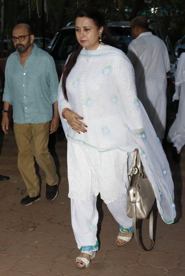Poonam Dhillon also came to pray for Shammi Aunty.