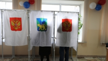 Voters write ballots at a polling station in Vladivostok, east Russia, 18 March  2018.