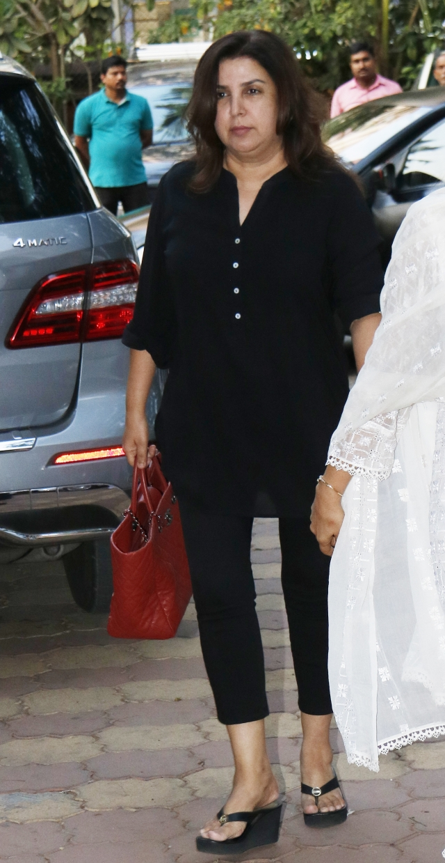 Farah Khan arrives to attend the <i>chautha</i>.
