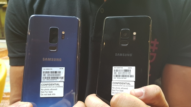 Samsung Galaxy S9+ with dual rear cameras (left), Galaxy S9 with a single rear camera (right).