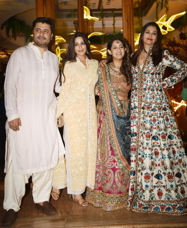 Goldie Behl, Sonali Bendre, Saudamini Mattu and Aishwarya Rai pose for the camera.