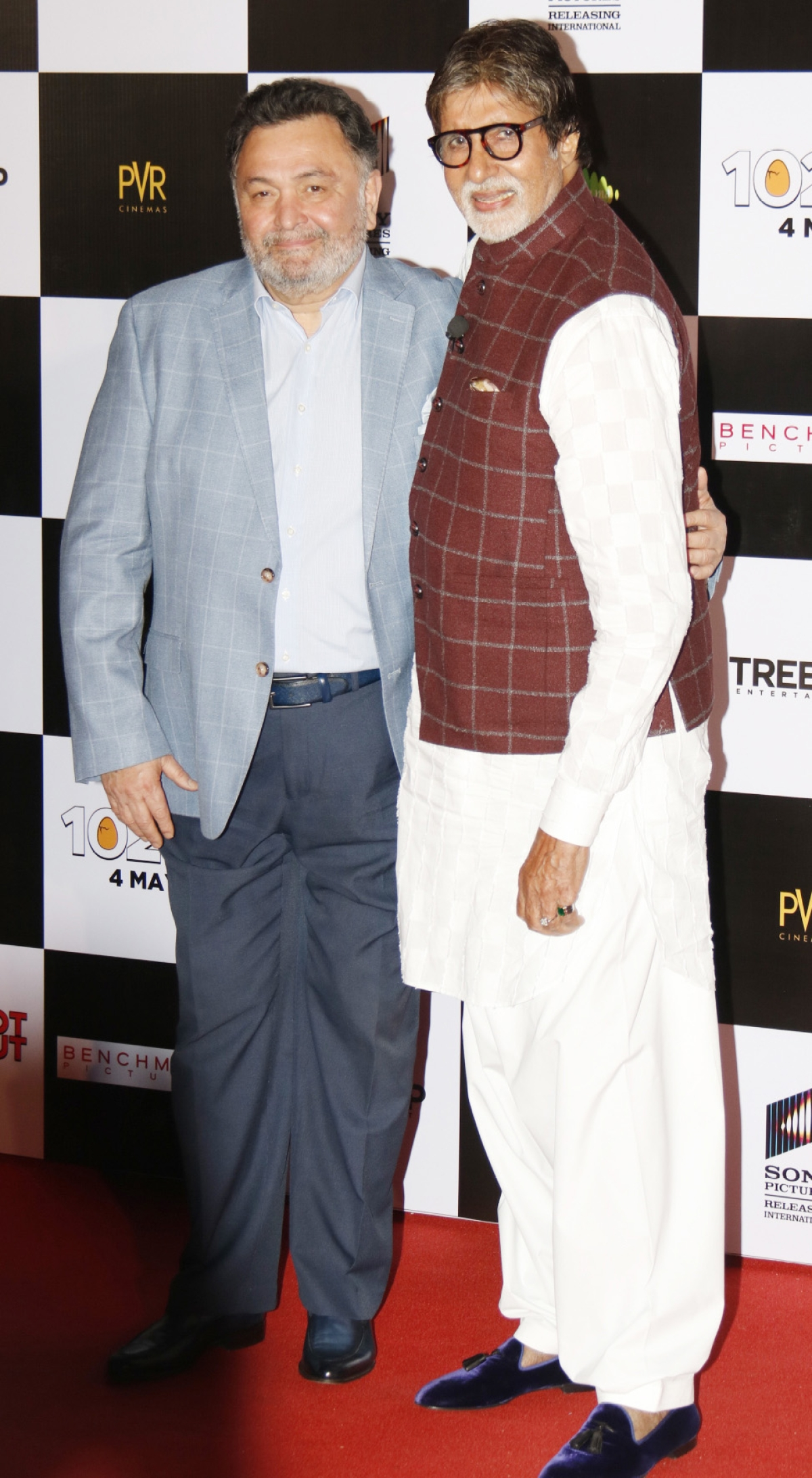 Rishi Kapoor and Amitabh Bachchan pose for the cameras.
